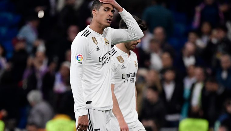 El defensa del Real Madrid Raphael Varane se lamenta por la derrota contra el FC Barcelona. (Foto Prensa Libre: AFP)
