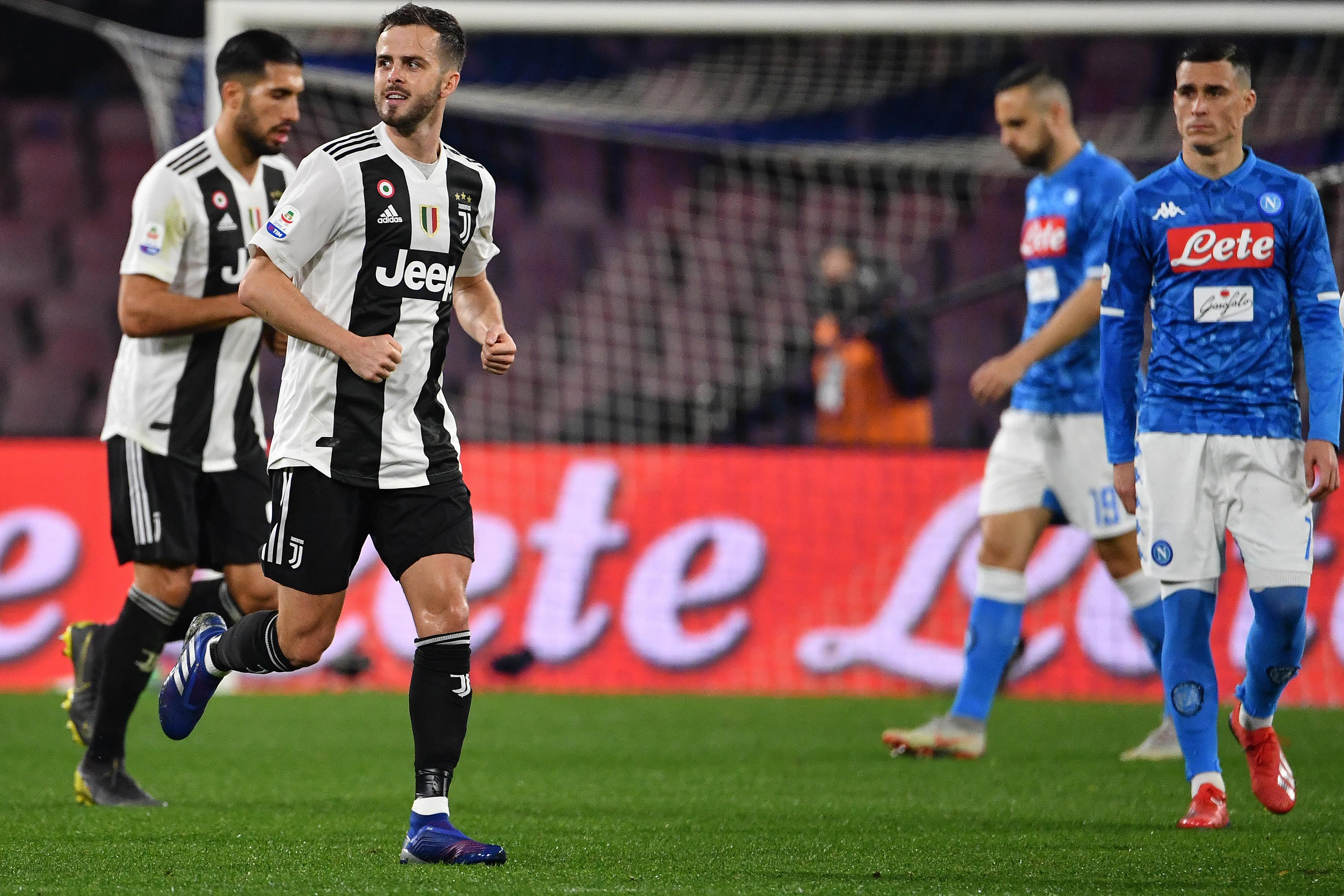 Miralem Pjanic anotó el primer gol de la victoria de la Juventus frente al Nápoles. (Foto Prensa Libre: AFP)