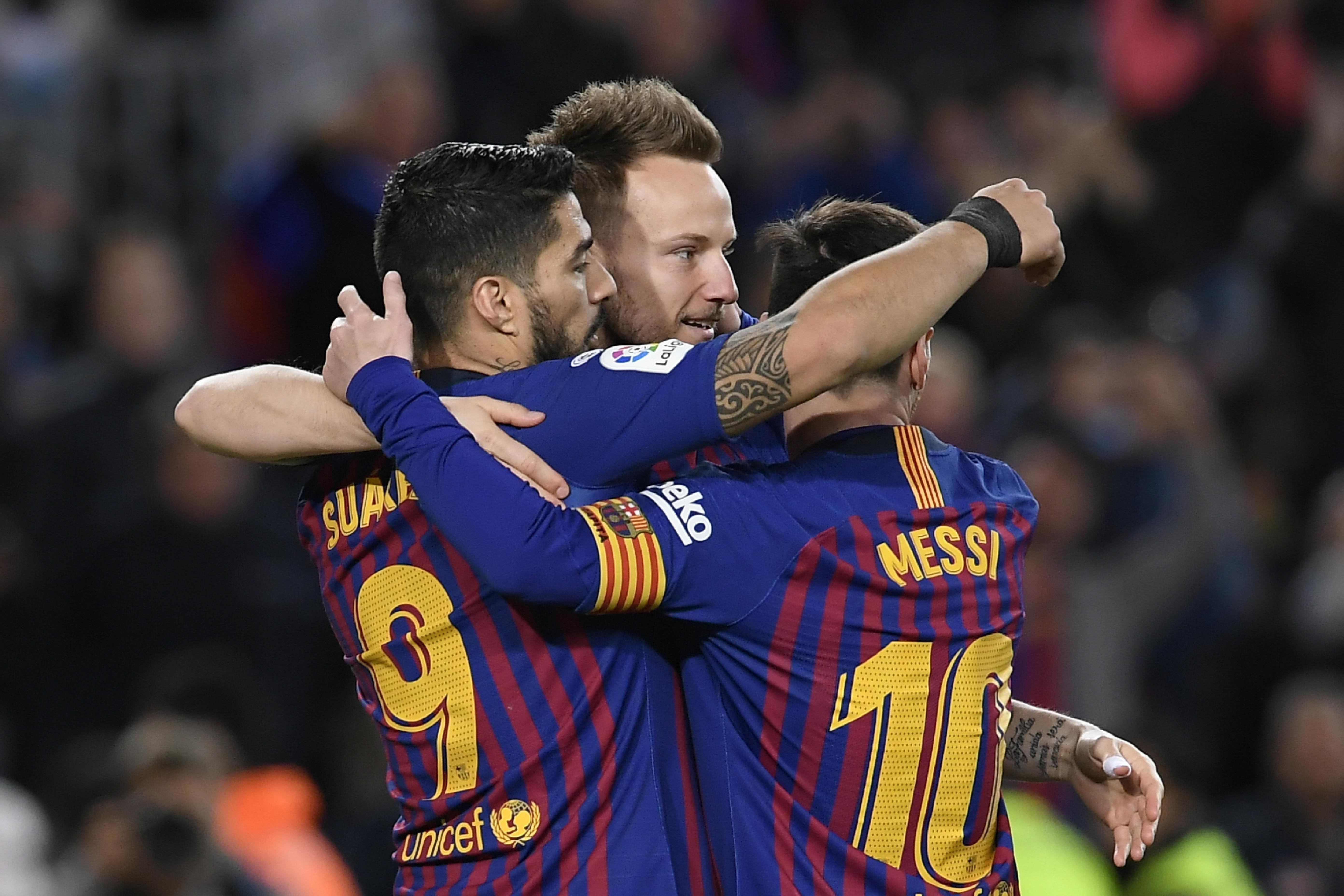 Luis Suárez celebra con Iván Rakitic y Lionel Messi después de anotar frente a el Rayo Vallecano. (Foto Prensa Libre: AFP)