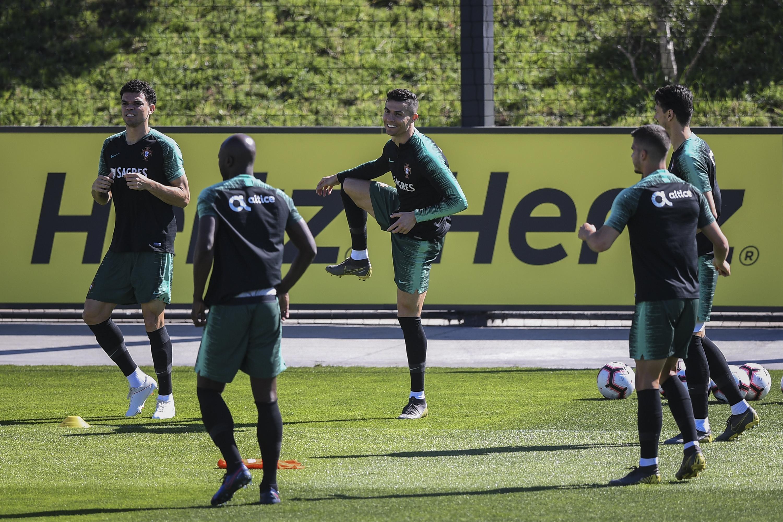 Cristiano Ronaldo sonríe durante el entrenamiento de la Selección de Portugal de este martes. (Foto Prensa Libre: AFP)