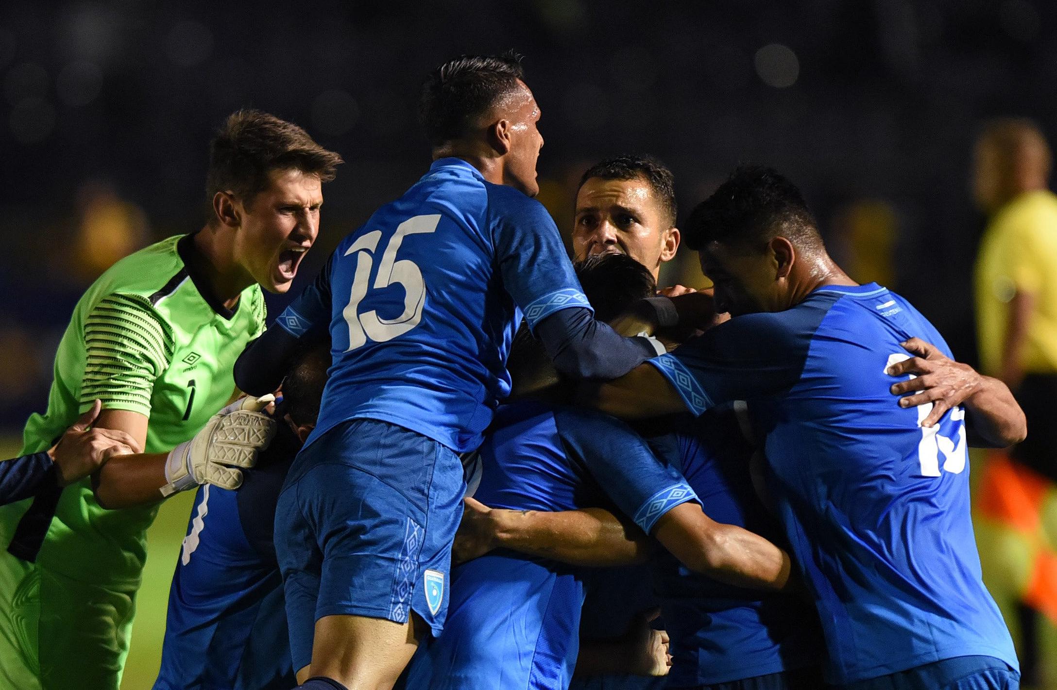Los seleccionados celebraron al finalizar el partido la victoria en el amistoso contra Costa Rica. (Foto Prensa Libre: AFP)