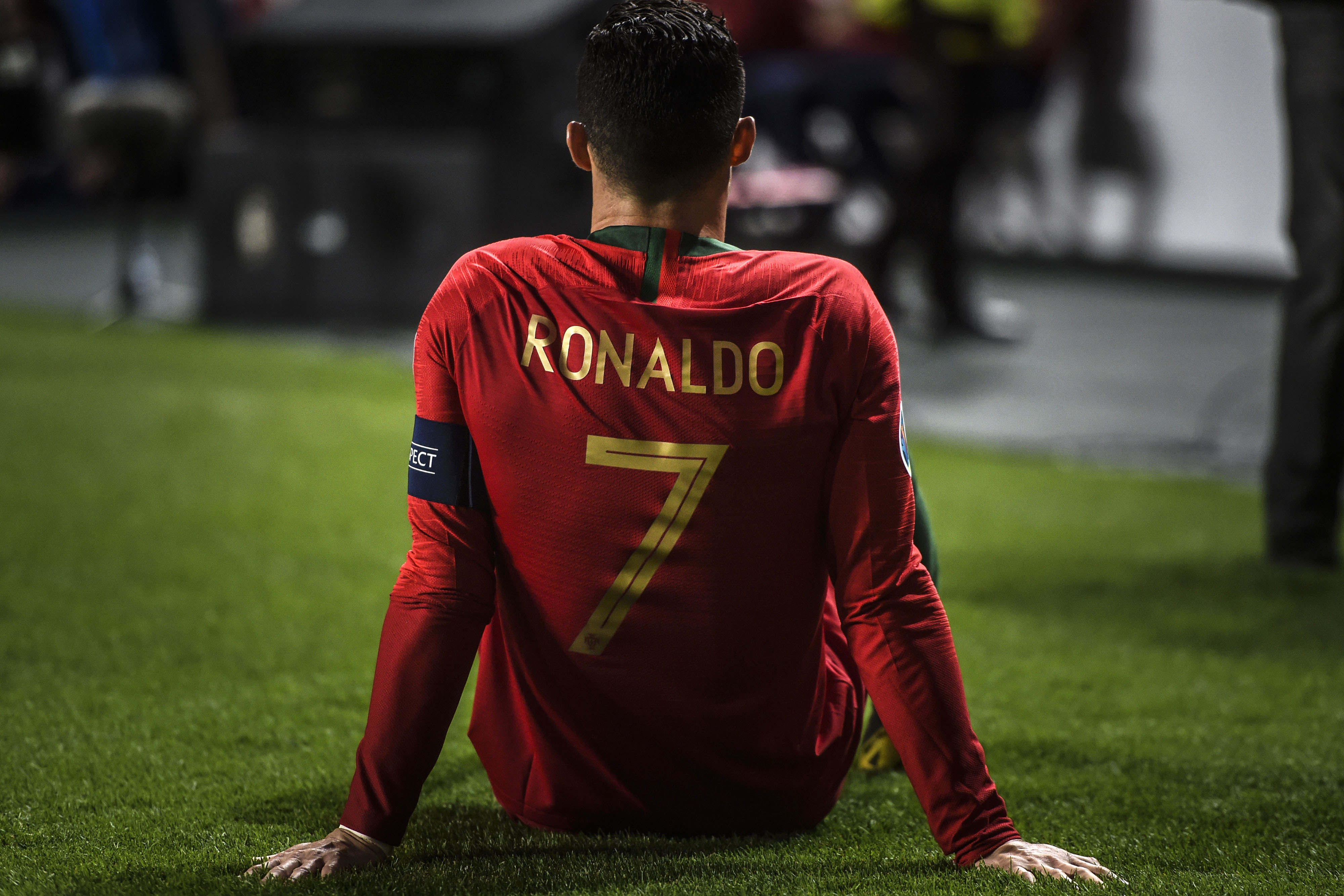 Cristiano Ronaldo se lesionó durante el partido Portugal vs Serbia. (Foto Prensa Libre: AFP)