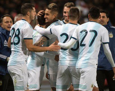 Los jugadores de la Selección de Argentina celebran después del gol de Ángel Correo que significó la victoria contra Marruecos. (Foto Prensa Libre: AFP)