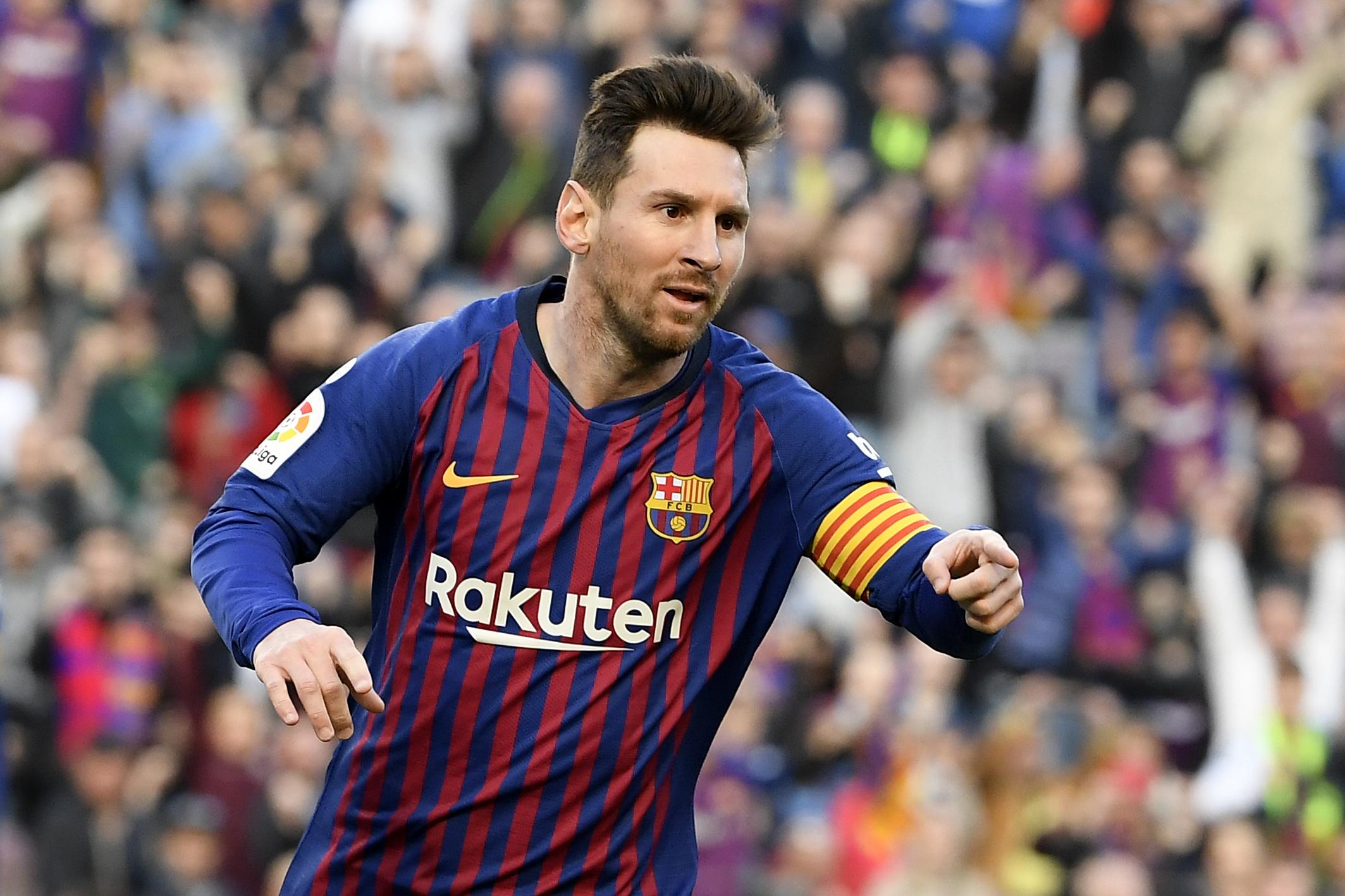 La magia de Lionel Messi se hizo presente con un gol de tiro libre a lo Panenka en el que un defensa del Espanyol terminó enviando el balón al fondo de la portería. (Foto Prensa Libre: AFP)
