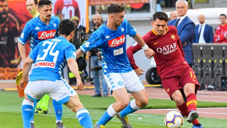 Napoli's Spanish midfielder Fabian Ruiz (C) defends against AS Roma Turkish forward Cengiz Under (R) during the Italian Serie A football match AS Roma vs SSC Napoli on March 31, 2019 at the Olympic stadium in Rome. (Photo by Andreas SOLARO / AFP)