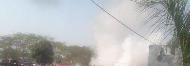 Un cable de alta tensión habría caído sobre buses estacionados en Tecún Umán, San Marcos. (Foto Prensa Libre: Cortesía)