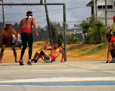 Jóvenes juegan Pelota Maya, la conexión con los ancestros, en Quetzaltenango