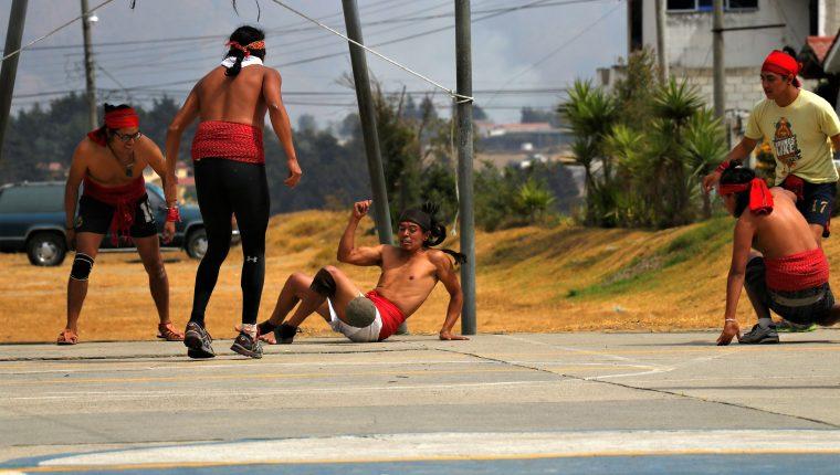 Los jóvenes impulsan el Juego de Pelota Maya con exhibiciones en distintos lugares. (Foto Prensa Libre: Raúl Juárez)