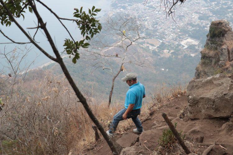 Los senderos en el cerro son empinados y rocosos.