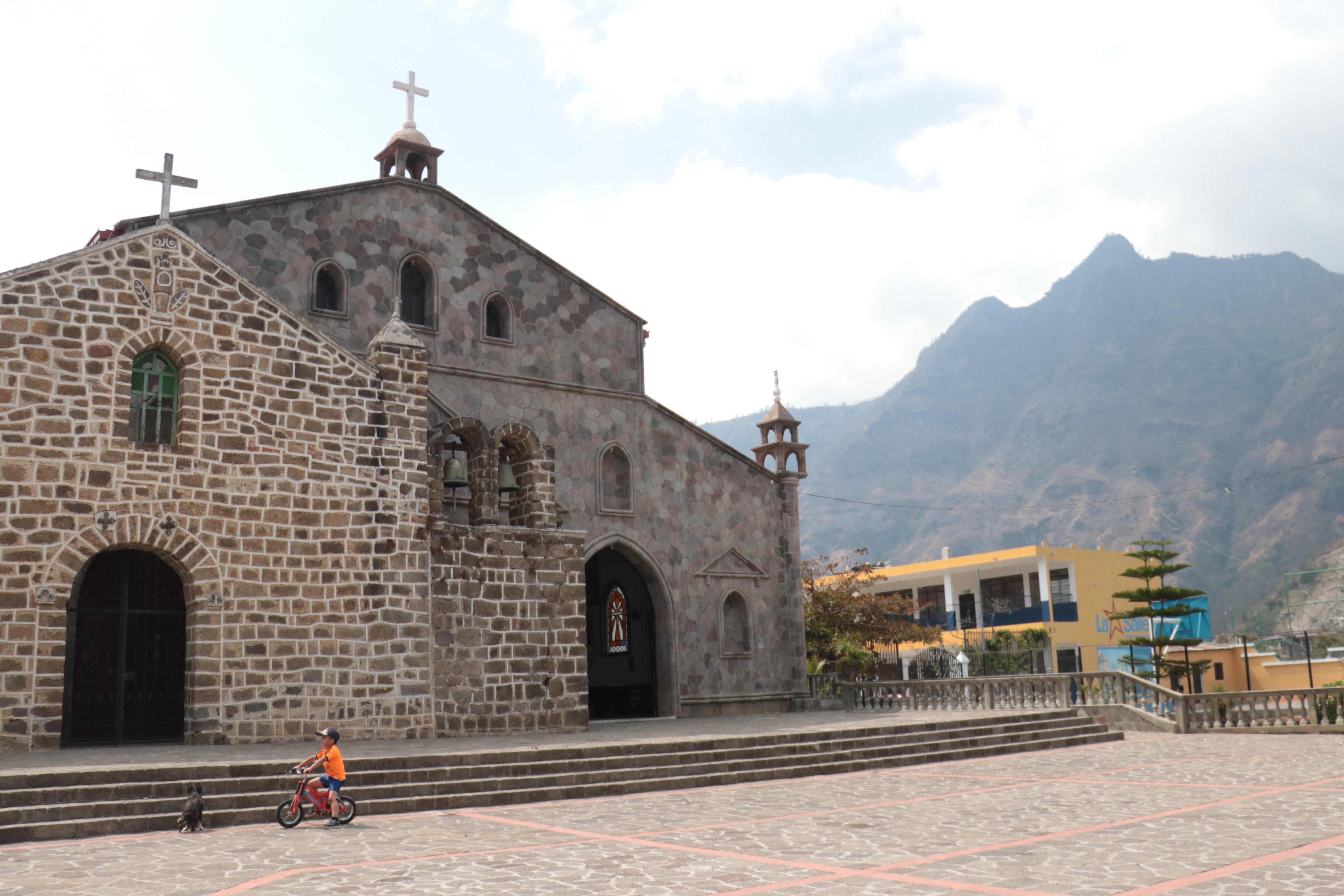 La Iglesia Católica de San Juan La Laguna y al fondo el Cerro Nariz del Indio o Rostro Maya.