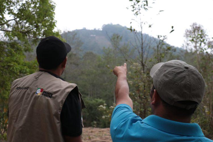 Guías muestran el paisaje durante recorrido en el cerro del Rostro Maya.