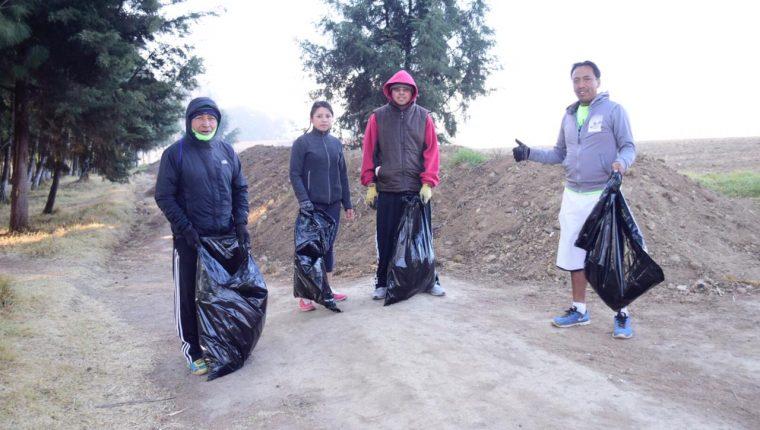 Los corredores en el primer entrenamiento recolectaron 15 bolsas de basura, ahora buscarán tener al menos 10 sesiones más. (Foto Prensa Libre: Raúl Juárez)