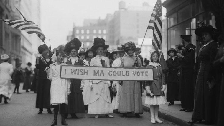 En 1913, las mujeres ya protestaban por el derecho a votar en Estados Unidos. En esa época, eran frecuentes las protestas también para pedir mejores condiciones de trabajo.