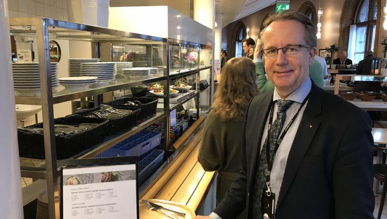 En el país escandinavo, diputados como Per-Arne Håkansson hacen cola para almorzar en la cantina.