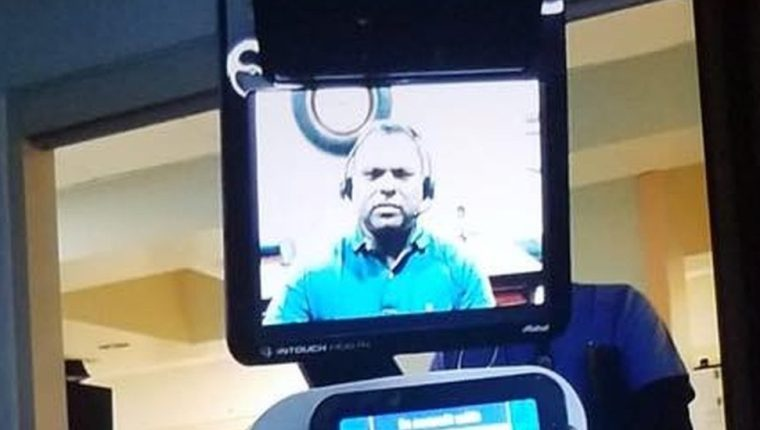 El médico le comunicó la noticia a su paciente mediante un video en un robot.