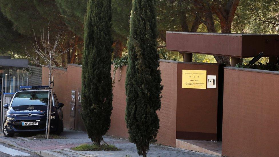 La policía fue alertada después de que una mujer logró escapar saltando por una de las ventanas de la embajada. REUTERS