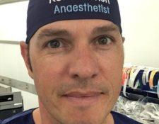 GENTILEZA ROB HACKETT / Rob Hackett con el gorro que dice su nombre y lo identifica como anestesista.