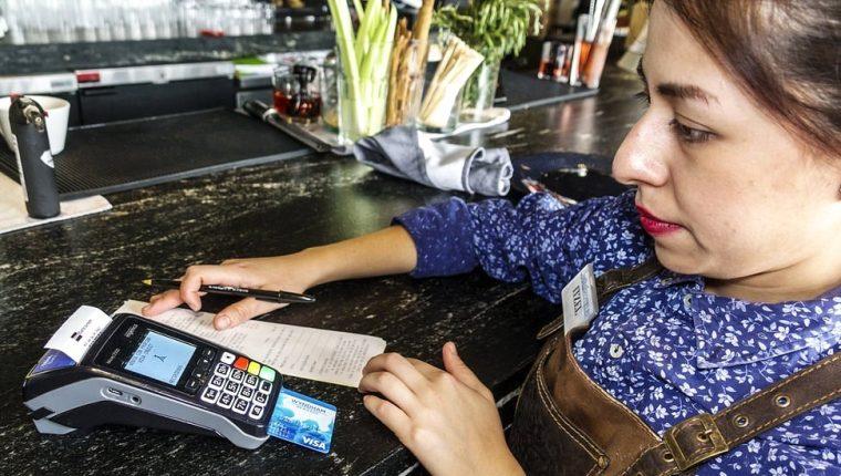 Cada vez más transacciones se realizan con tarjetas débito o crédito
