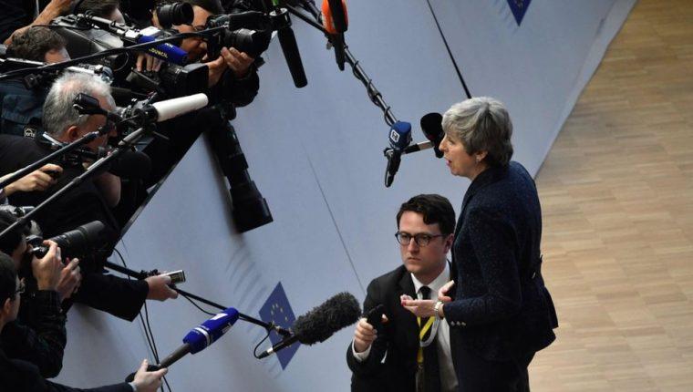 Theresa May, primera ministra de Reino Unido, responde a la prensa en Bruselas, el jueves.