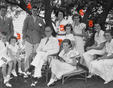 El clan Kennedy, cuando todavía estaba completo: Joseph y Rose con sus hijos Joe Jr (1), Robert (2), Edward (3), John F. (4), Jean (5), Patricia (6), Eunice (7), Rosemary (8) y Kathleen (9). GETTY IMAGES