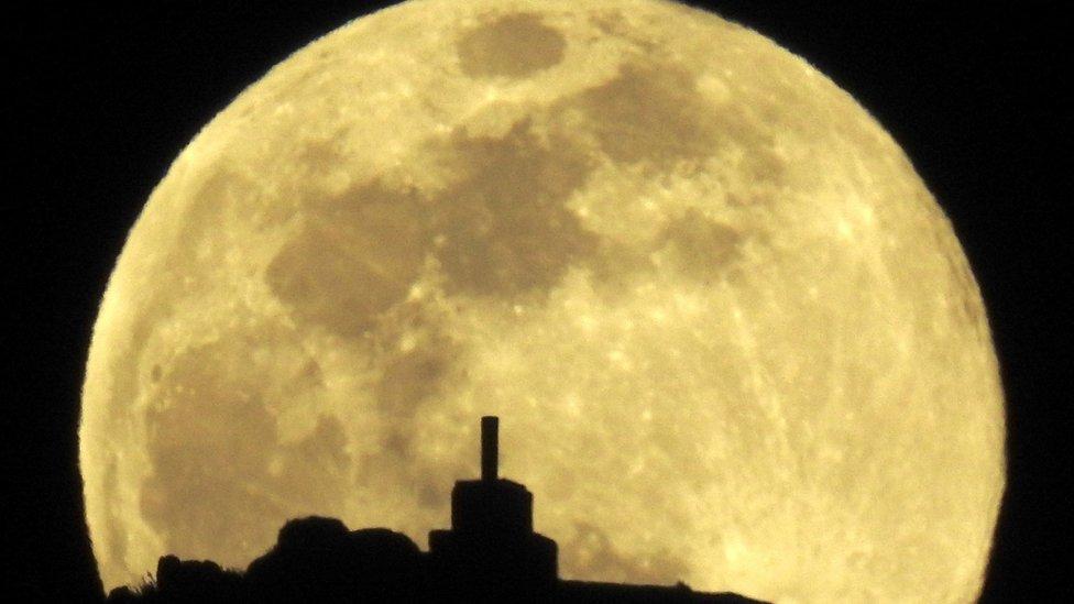 El equinoccio de primavera y otoño coincidió el miércoles 20 de marzo con la tercera y última superluna llena del año. EPA