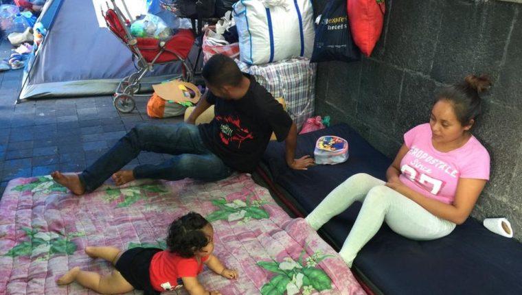 Desde el 17 de febrero, 62 familias que fueron desplazadas por la violencia acampan en el zócalo de la Ciudad de México. ANA GABRIELA ROJAS