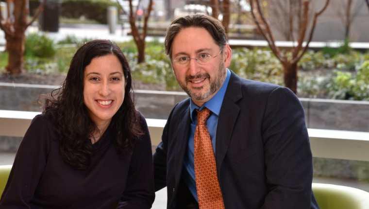 Nina Martínez junto al doctor Dorry Segev, quien lideró el equipo que hizo posible el trasplante de riñón.