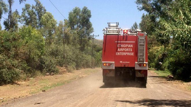Un camión de bomberos se dirige al lugar del accidente cerca de la localidad de Bishoftu. REUTERS