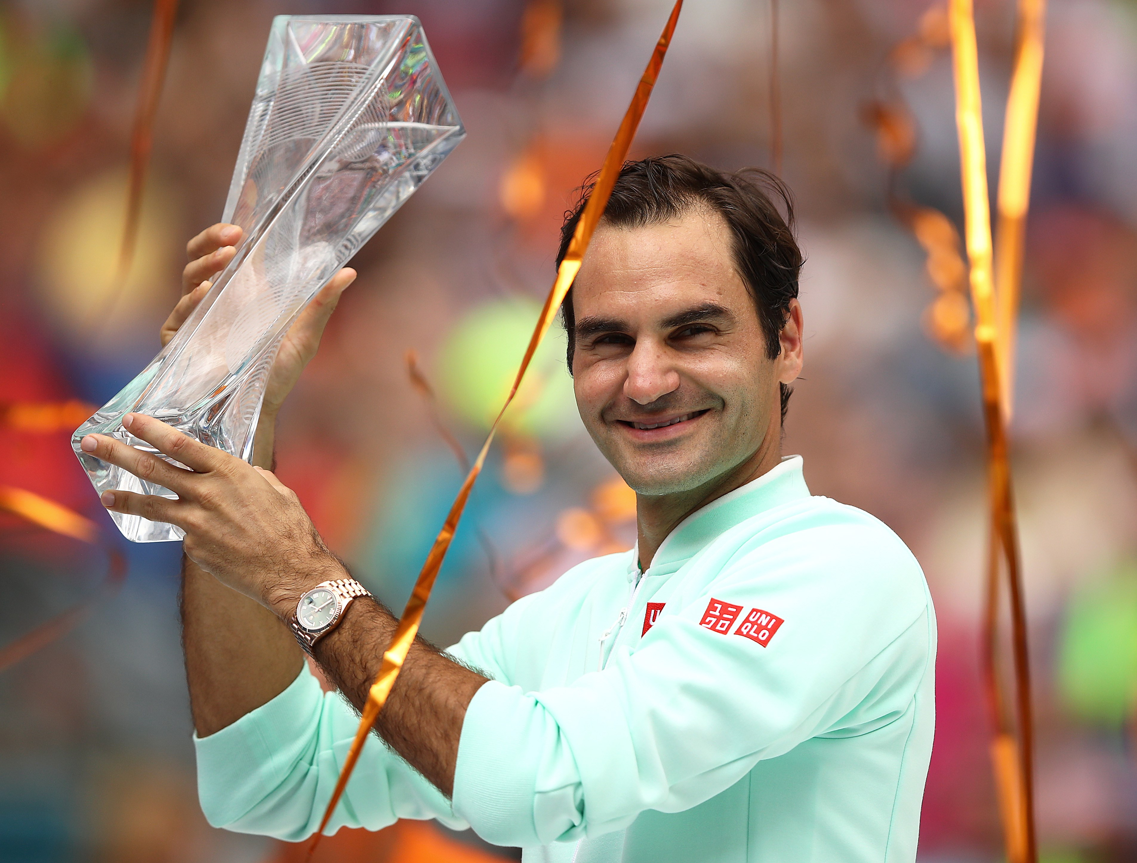 MIAMI GARDENS, FLORIDA - MARCH 31: Roger Federer of Switzerland celebrates with the winners trophy against John Isner of USA in the final during day fourteen of the Miami Open tennis on March 31, 2019 in Miami Gardens, Florida.   Julian Finney/Getty Images/AFP == FOR NEWSPAPERS, INTERNET, TELCOS & TELEVISION USE ONLY ==