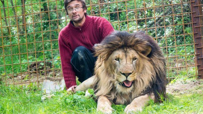 Prasek había comprado al león en 2016 y le construyó una jaula en su casa. ZDENEK NEMEC / MAFRA / PROFIMEDIA