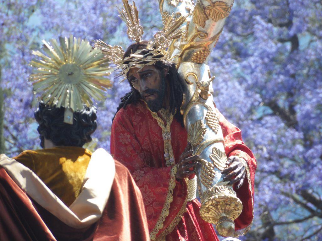 Jesús Nazareno de la Salvación recorre las calles de Antigua Guatemala.