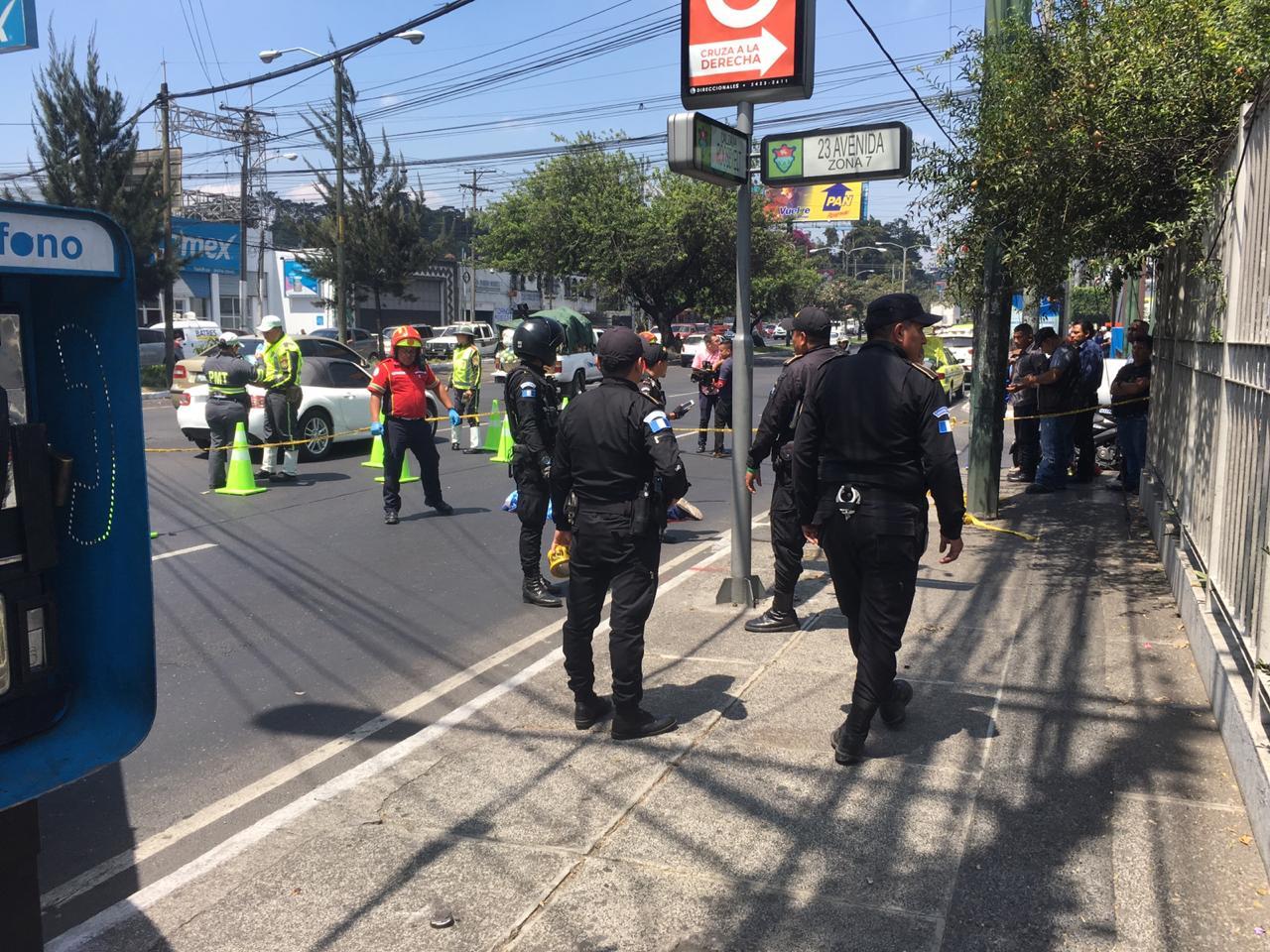 El hombre ultimado en la calzada Roosevelt no ha sido identificado. (Foto Prensa Libre: Alberto Cardona)