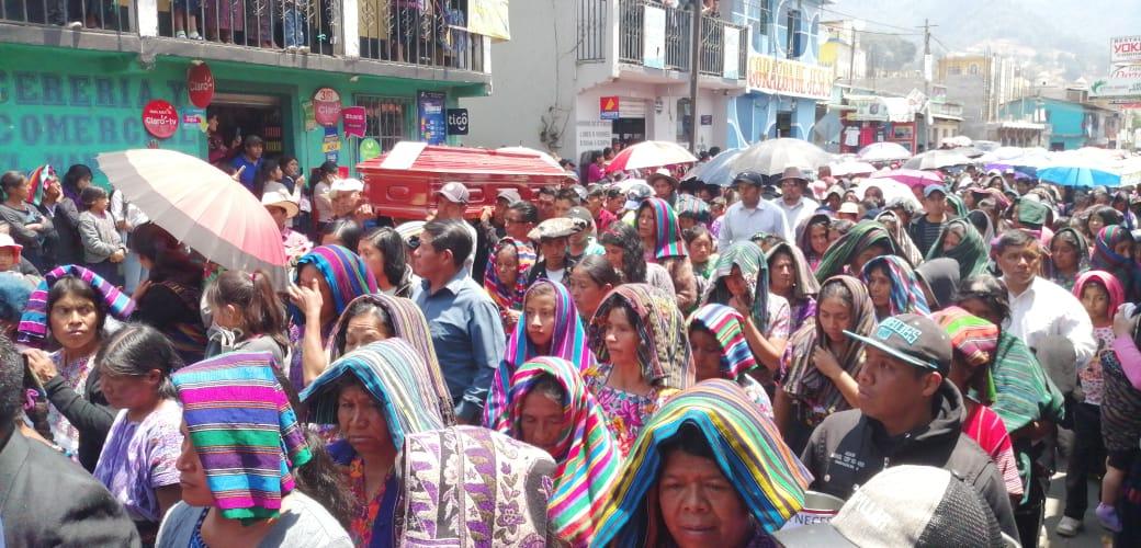Pobladores dan el último adiós a sus familiares, quienes murieron atropellados en la ruta Interamericana. (Foto Prensa Libre: María José Longo)