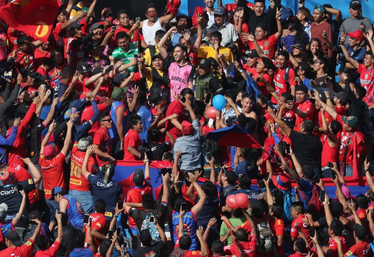 Jaime Penedo saludó a los aficionados de Municipal en El Trébol. (Foto Prensa Libre: Érick Ávila)