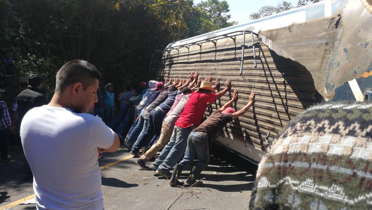Conductores empujan el bus para habilitar la ruta. Foto Prensa Libre: César Pérez