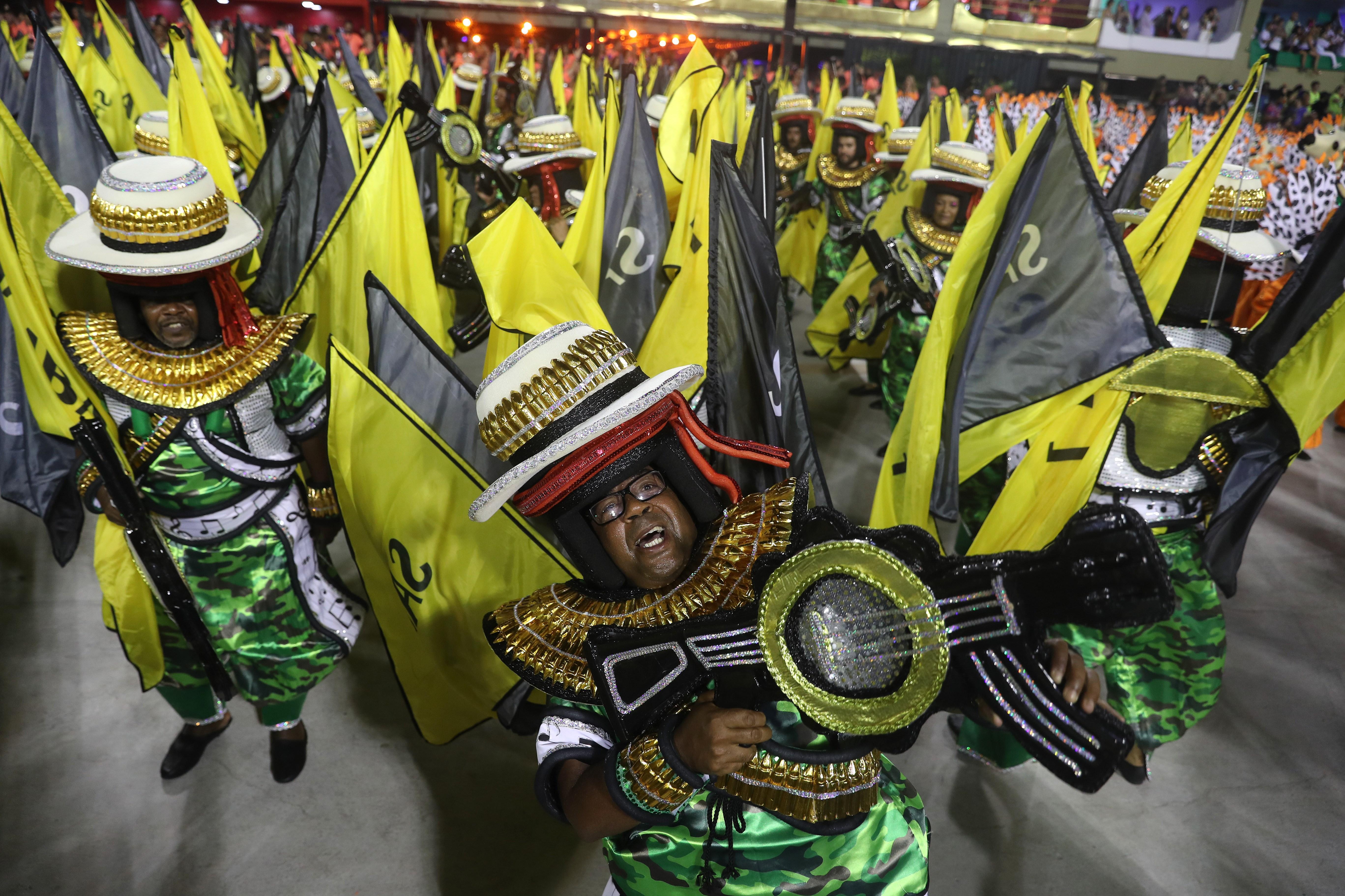 Desfile de escuelas de samba durante el carnaval en Río de Janeiro
