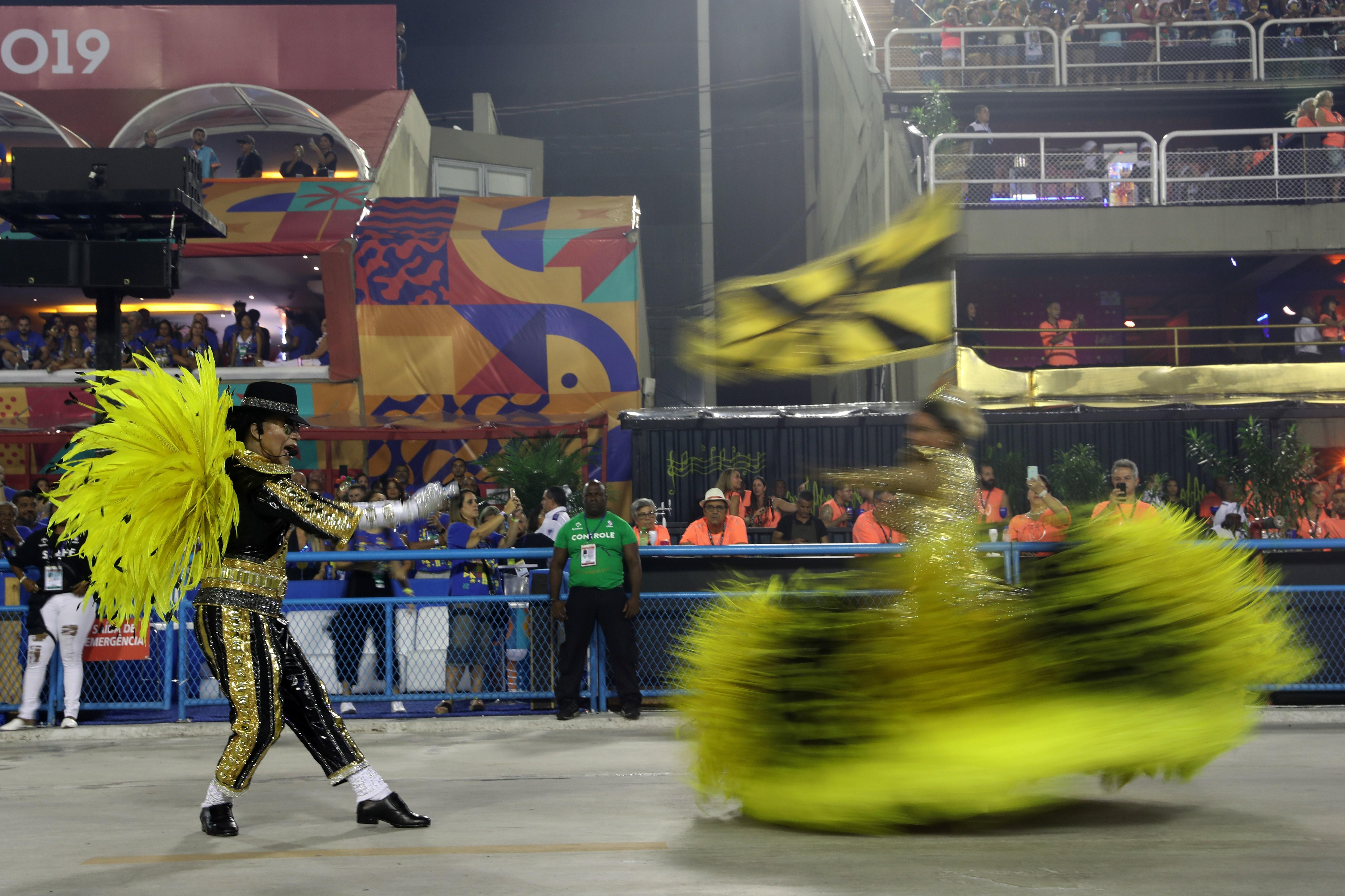 La escuela Sao Clemente abrió los desfiles del grupo especial de Río de Janeiro, de este lunes, la principal atracción de la fiesta más emblemática de Brasil.