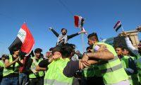 EPA01. BASORA (IRAK), 07/03/2019.- Varios manifestantes con chalecos amarillos participan en una manifestación delante de la sede del Gobierno local para protestar contra la corrupción y los pobres servicios públicos este jueves en la ciudad de Basora (Irak). EFE/ Haider Al-assadee