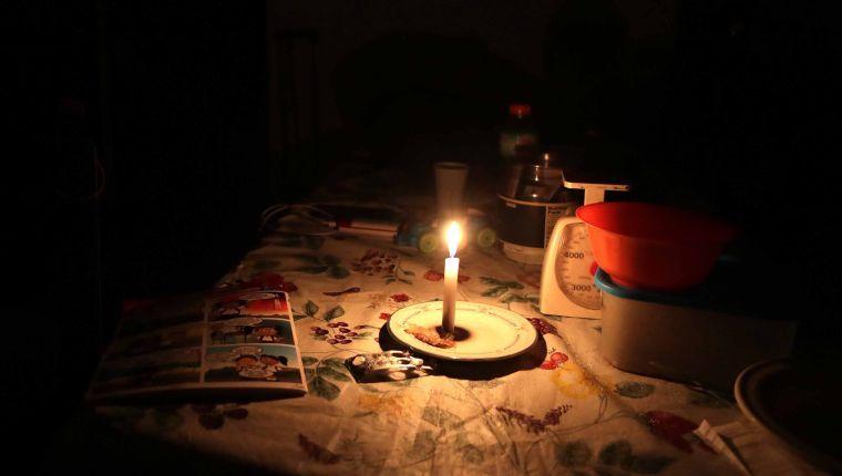 AME4378. CARACAS (VENEZUELA), 08/03/2019.- Foto del 7 de marzo de 2019, que muestra una mesa iluminada por una vela durante el apagón eléctrico en Caracas (Venezuela). Venezuela sufre un nuevo apagón de energía que afecta al menos 11 estados, así como al territorio político administrativo que comprende a Caracas, la capital del país y asiento de los poderes públicos. EFE/RAYNER PEÑA