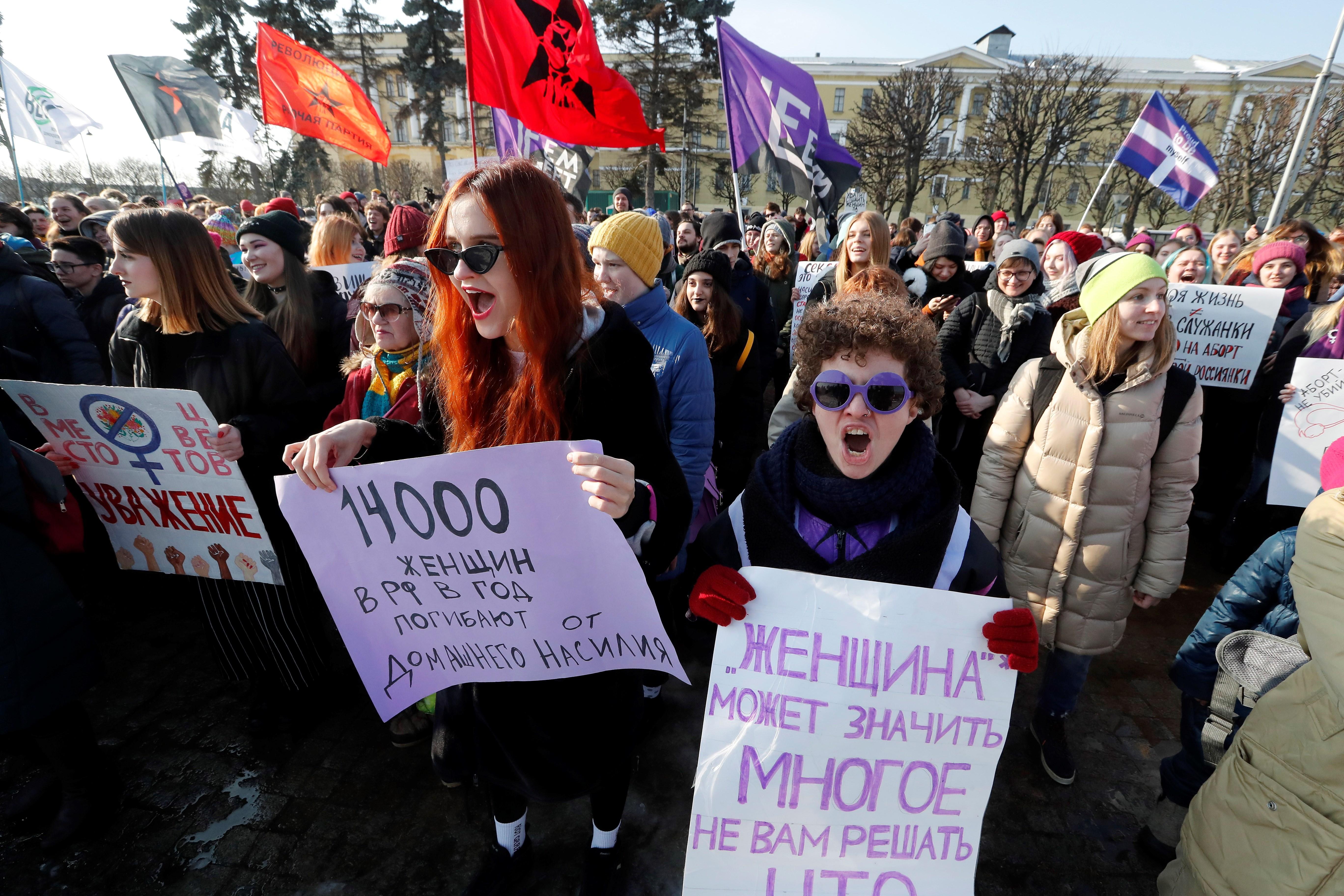 SPB01. SAN PETERSBURGO (RUSIA), 08/03/2019.- Varias mujeres acuden con pancartas a una concentración en apoyo al Día Internacional de la Mujer, este viernes en San Petersburgo. EFE/ Anatoly Maltsev