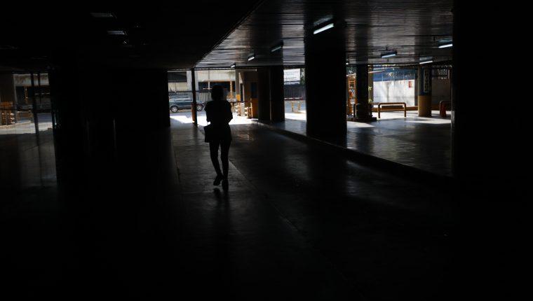 Una persona camina por un parqueo sin luz el sábado 9 de marzo en Caracas, Venezuela. (Foto Prensa Libre: EFE).