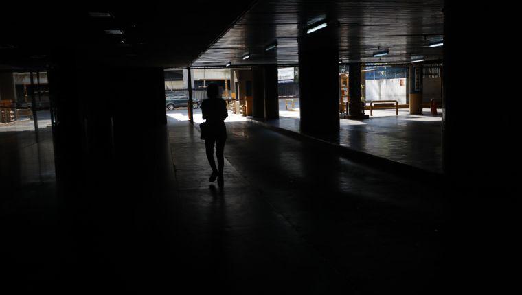 AME5075. CARACAS (VENEZUELA), 09/03/2019.- Una persona camina por un parqueadero sin luz este sábado, en Caracas (Venezuela). n nuevo corte eléctrico afecta este sábado a Caracas y a varios estados de Venezuela en los que ya se había restituido el servicio eléctrico, luego de la falla del pasado jueves en la principal hidroeléctrica del país, que dejó sin luz a casi todo el territorio. Algunos reportes señalan que varios estados, en los que ya se había restablecido el servicio luego de pasar más de 30 horas sin electricidad, volvieron a sufrir un corte cerca de las 12.00 hora local (16.00 GMT). EFE/ Rayner Peña