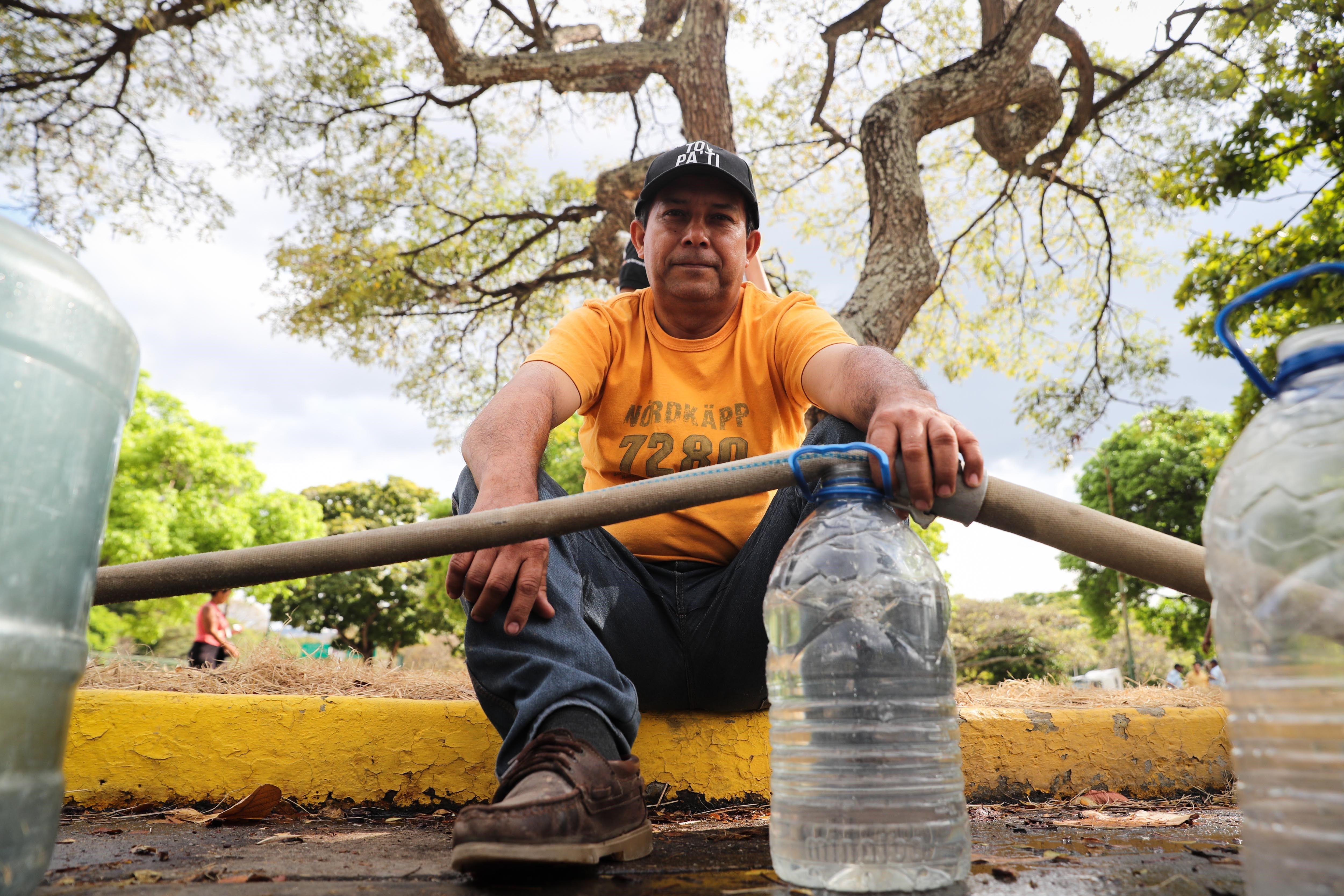 Crisis en Venezuela, los ciudadanos buscan agua y alimentos.