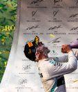 El piloto Valtteri Bottas de Mercedes celebra el triunfo en Australia. (Foto Prensa Libre: EFE)