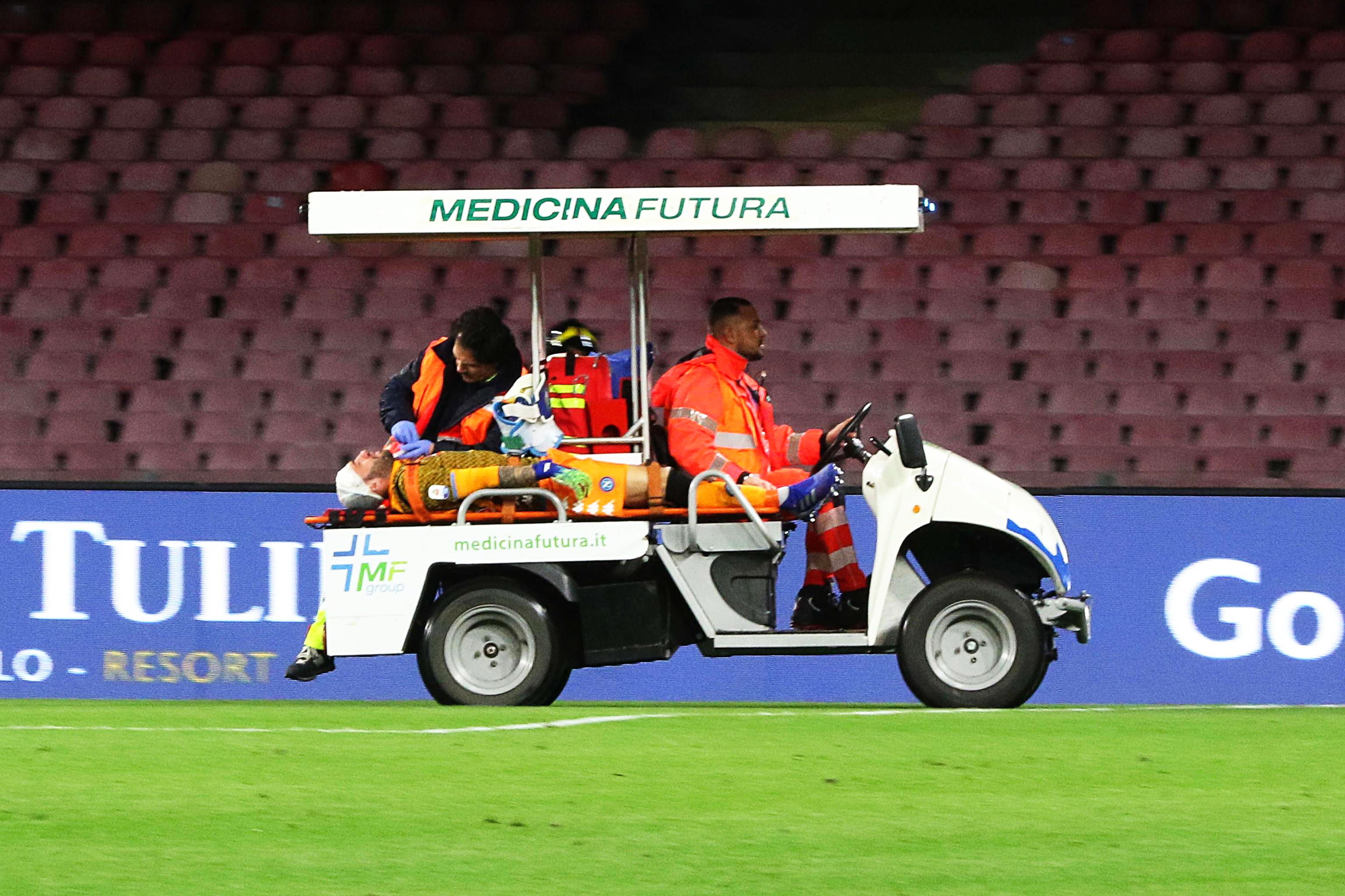 Naples (Italy), 17/03/2019.- Napoli's goalkeeper David Ospina (L) receives medical assistance as he leaves the pitch on a vehicle after being injured during the Italian Serie A soccer match between SSC Napoli and Udinese Calcio at the San Paolo stadium in Naples, Italy, 17 March 2019. (Italia, Nápoles) EFE/EPA/CESARE ABBATE