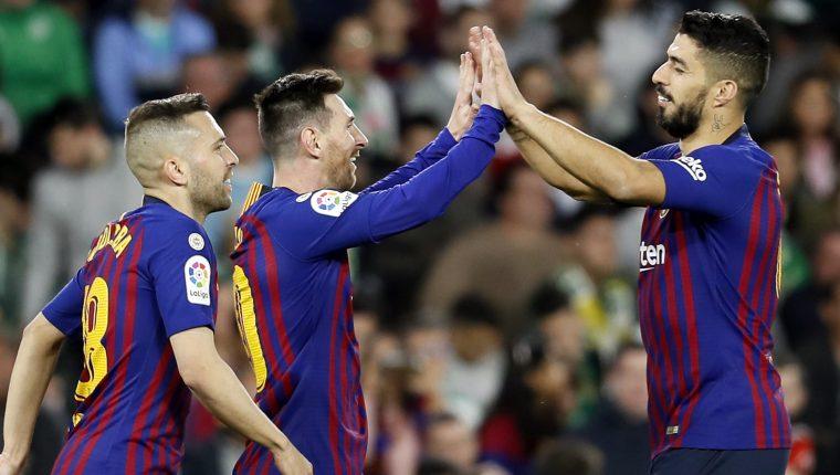 El delantero argentino del FC Barcelona Lionel Messi (c) celebra con sus compañeros Jordi Alba (i) y Luis Suárez. (Foto Prensa Libre: EFE)