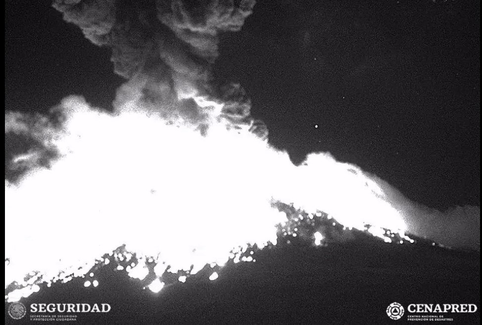 MEX020. CIUDAD DE MÉXICO(MÉXICO),19/03/2019.- Fotograma tomada de un video cedido este martes por el Centro Nacional de Prevención de Desastres (Cenapred), de un episodio eruptivo del Volcán Popocatépetl, el pasado lunes. El volcán Popocatépetl, cercano a la Ciudad de México, registró una fuerte explosión con emisión de ceniza que alcanzó una altura de 1,2 kilómetros y material incandescente, informó este martes el Centro Nacional de Prevención de Desastres (Cenapred) de México. La explosión, que no ha causado daños a personas ni materiales, se registró a las 21.30 hora local del lunes (3.30 GMT del martes). EFE/CENAPRED/SOLO USO EDITORIAL
