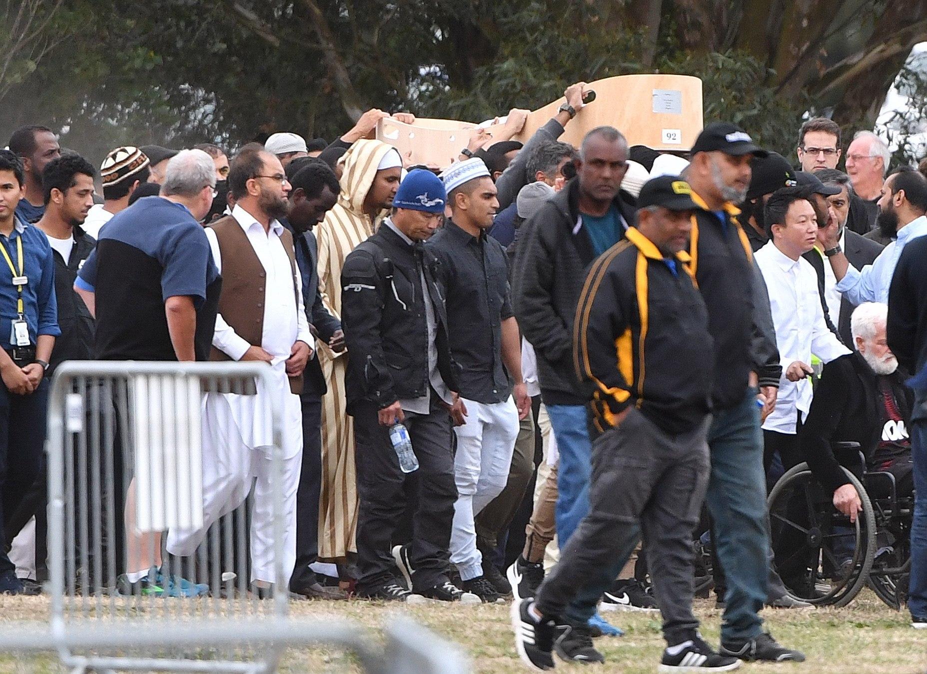 NZ01. CHRISTCHURCH (NUEVA ZELANDA), 21/03/2019.- Dolientes cargan el féretro de Sayyad Ahmed Milne, de 14 años, una de las 50 víctimas de los tiroteos en dos mezquitas el pasado viernes, rumbo a su entierro este jueves en el cementerio Memorial Park, en Christchurch (Nueva Zelanda). Nueva Zelanda comenzó a enterrar a las primeras víctimas del atentado supremacista que causó 50 muertos en dos mezquitas en Christchurch y se prepara para arropar a la comunidad musulmana este viernes, cuando se cumple una semana de la tragedia. El rezo del viernes se producirá bajo fuerte vigilancia policial tras los ataques armados contra las mezquitas Al Noor y Linwood atribuidos al australiano Brenton Tarrant, quien disparó a quemarropa contra los musulmanes que estaban en su interior para la Yumu'ah, matando a 50 personas e hiriendo además a otras 50. EFE/Mick Tsikas PROHIBIDO SU USO EN AUSTRALIA Y NUEVA ZELANDA