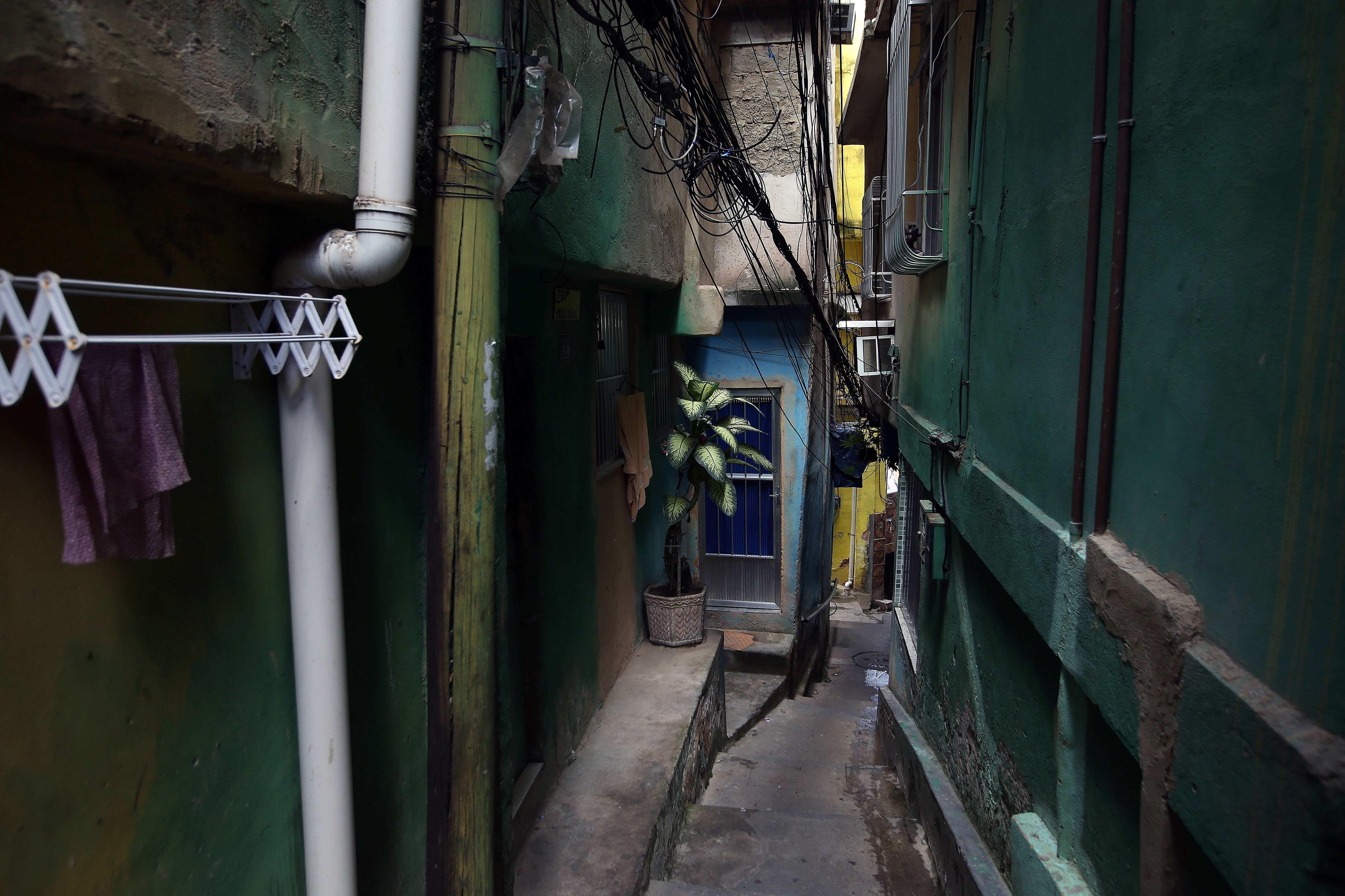 ***ACOMPAÑA CRÓNICA: BRASIL VIOLENCIA*** BRA01. RÍO DE JANEIRO (BRASIL), 21/03/2019.- Vista de una calle de la comunidad Tavares Bastos, este jueves en Río de Janeiro (Brasil). Lejos de la imagen de violencia e inseguridad de las favelas, en la zona sur de Río de Janeiro se encuentra la favela Tavares Bastos, una comunidad pacífica, sin tráfico ni milicias, reflejo de los grandes contrastes de Brasil, con olor a jazz, a arte urbano, a feminismo y a vecindad. EFE / Marcelo Sayão