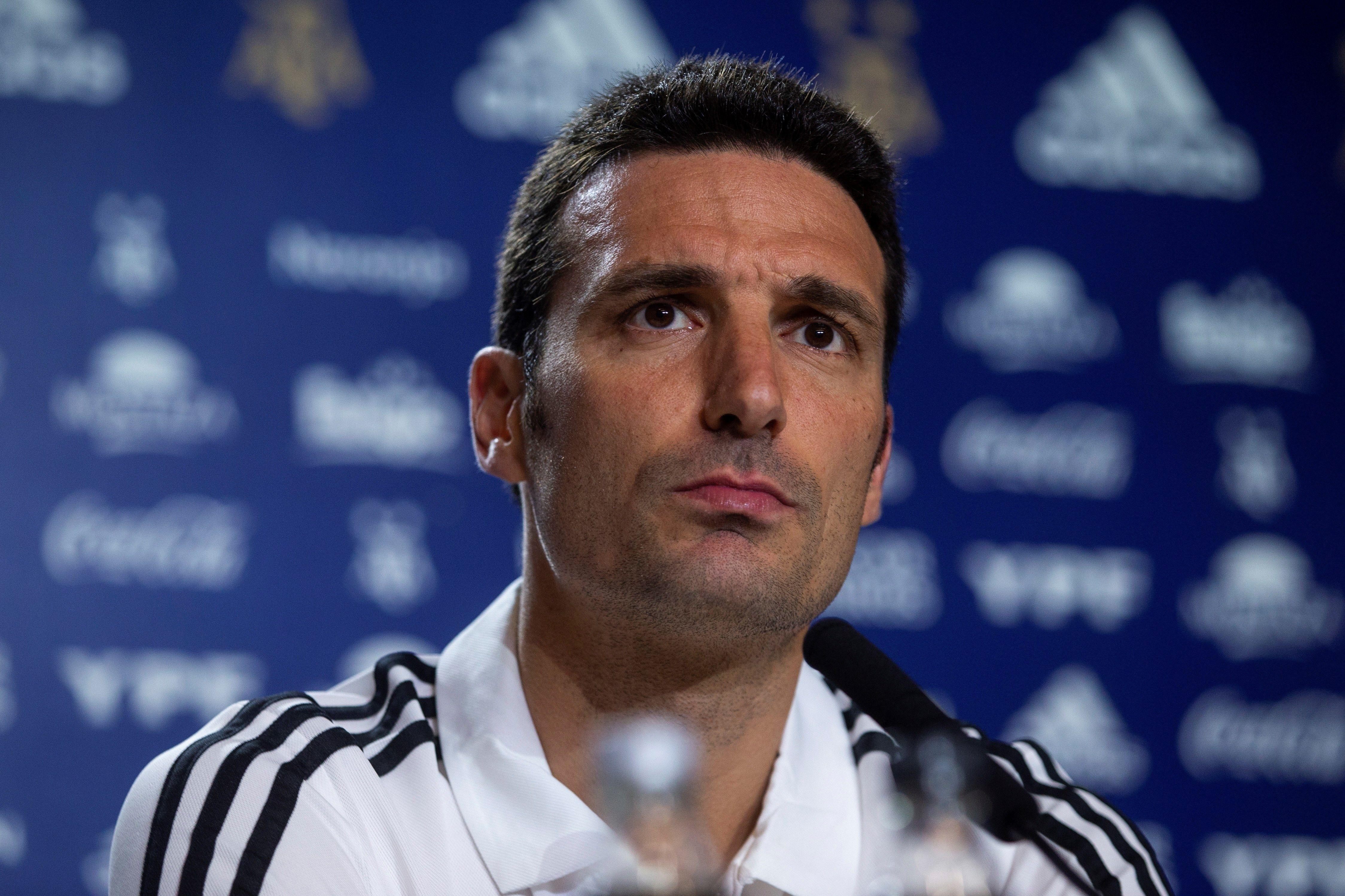 El técnico de la Selección de Argentina, Lionel Scaloni está tranquilo y explica desde el accidente, Messi y la Albiceleste. (Foto Prensa Libre: EFE)